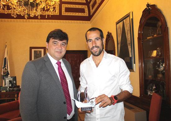 El alcalde de Huelva, Gabriel Cruz, ha recibido esta mañana en el Ayuntamiento al bicampeón del mundo de duatlón