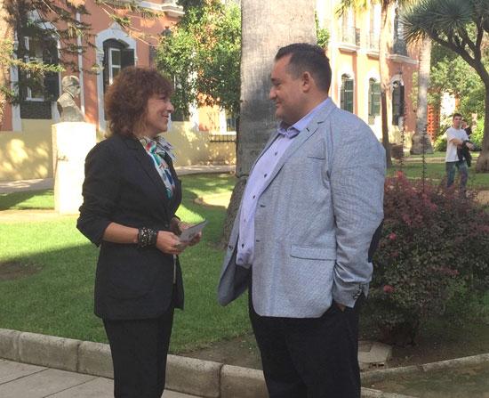 Elena Tobar conversa con Antonio Tomás Bustamante en una reunión previa a la elección de la ciudad de Huelva como sede e las Jornadas Bibliotecarias de Andalucía