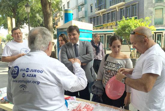 Gabriel Cruz visita una mesa informativa de Aonujer.