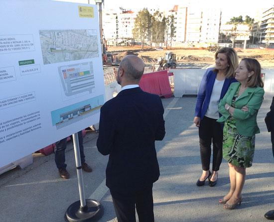 Las ministras de Fomento y Empleo en su visita  a las obras de la estación de tren.