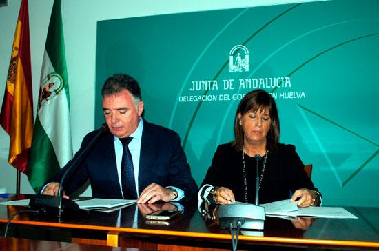 El delegado del Gobierno andaluz en Huelva, Francisco José Romero, y la coordinadora general de los Institutos de Medicina Legal (IML) de Andalucía, Carmen Álvarez, han presentado esta mañana las jornadas.