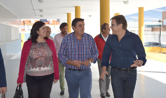 El delegado territorial de Educación, Vicente Zarza, ha visitado hoy el CEIP Pura Domínguez de Aljaraque donde la Junta de Andalucía, a través de la Agencia Pública Andaluza de Educación, ha finalizado las obras de adecuación dirigidas a subsanar deficiencias detectadas tras un estudio de patologías constructivas