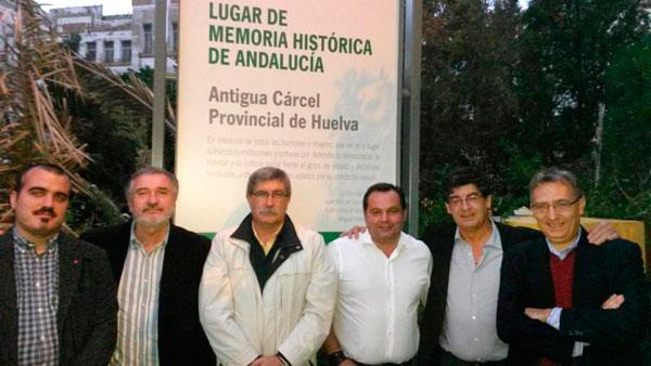Rafael Sánchez con más integrantes de IU en la antigua cárcel de Huelva.