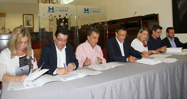 El presidente de la Diputación de Huelva, Ignacio Caraballo,  firmó en la mañana del pasado miércoles 30 de septiembre el convenio de colaboración entre el ente provincial y los municipios de la provincia para la financiación de los materiales  de las obras del Programa de Fomento de Empleo Agrario.