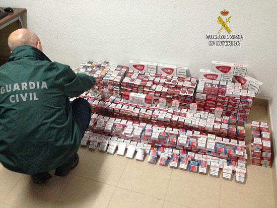 Un agente de la Guardia Civil contabiliza el tabaco de contrabando incautado.