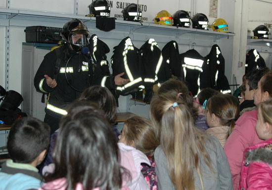 Un bombero explica nociones básica de como actuar en situación de incendio a los escolares.