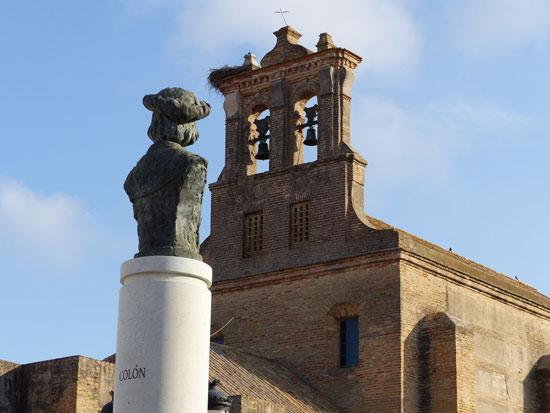 Escultura dedicada a Colón junto al monasterio de Santa Clara.