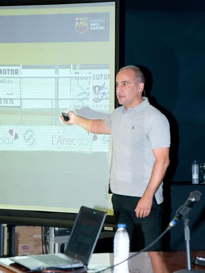 El ex-jugador del FC Barcelona, Antonio Pinilla, durante una charla.