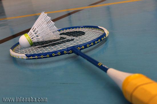 Imagen de un volante y una raqueta de bádminton en el polideportivo de Minas de Riotinto.