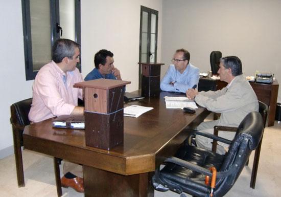 En una reunión técnica organizada por la Asociación para el Fomento del Uso de la Biomasa en Andalucía 'Unión de Actores de la Biomasa de Andalucía', los especialistas de ENCINAL mostraron al alcalde de la localidad el funcionamiento de este sistema natural y los resultados ya obtenidos en la zona del Cámping Doñana.