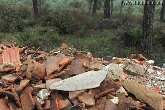 Imagen de un tejado de uralita en la montaña de escombros.