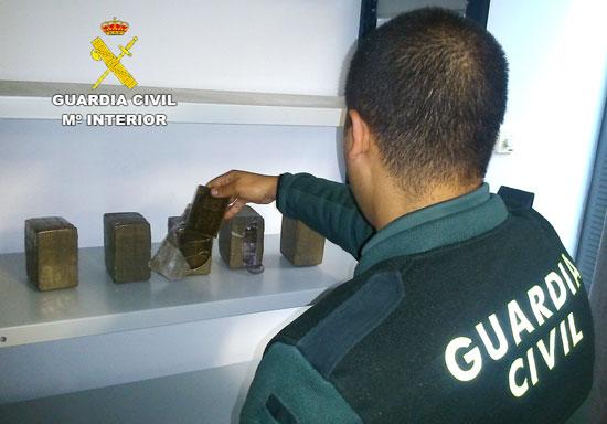 Un agente de la Guardia Civil muestra la droga intervenida.