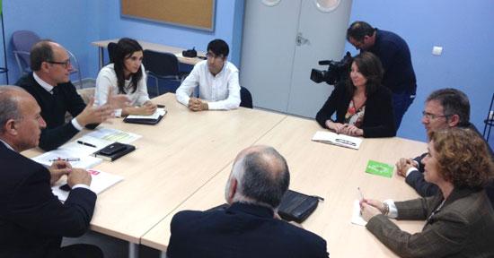 Juan José Díaz Trillo en una reunión con el rector de la UHU, Francisco Ruiz, y otros miembros de su equipo directivo.