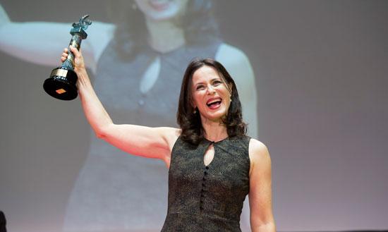 Aitana Sánchez-Gijón emocionada al recibir el galardón.