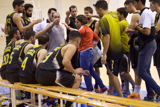 Celes Vizcaíno realiza indicaciones a sus jugadores.