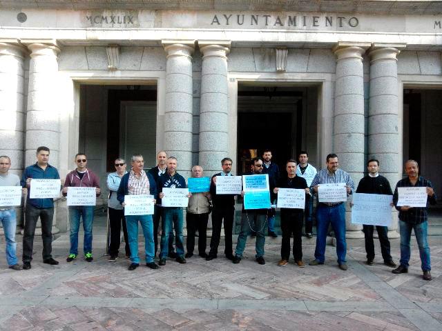 Concentración de los trabajadores de EMTUSA a las puertas del Ayuntamiento de Huelva.