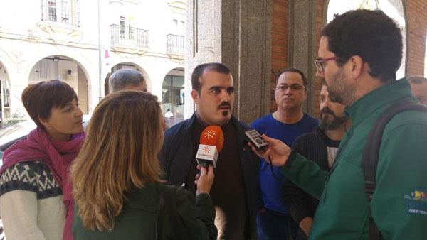 Daniel Hernando, candidato de Huelva UP-IU al Congreso de los Diputados, realizando unas declaraciones a los medios.