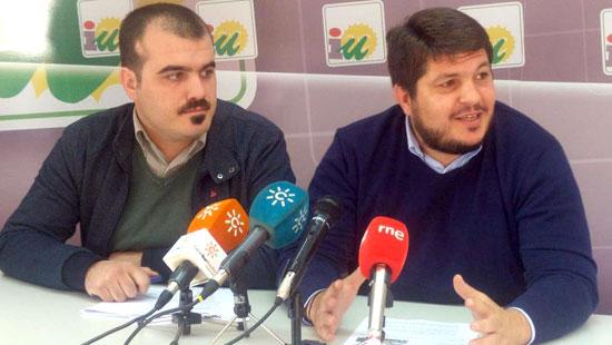 Los representantes de IU, Daniel-Hernando y Marcos Toti en rueda de prensa.