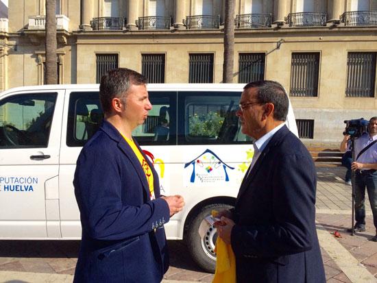 Ignacio Caraballo conversa con Antonio Salvador Jiménez en el acto de entrega de una furgoneta de la Gira España de la Infancia.