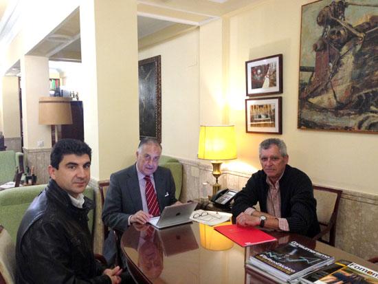 El secretario general de CCOO en Huelva, Emilio Fernández, junto al responsable del Área de Migraciones, David Díaz, han mantenido un encuentro con el subdelegado de Gobierno en Huelva, Enrique Pérez Vigueras, para abordar la problemática de los asentamientos en la provincia.