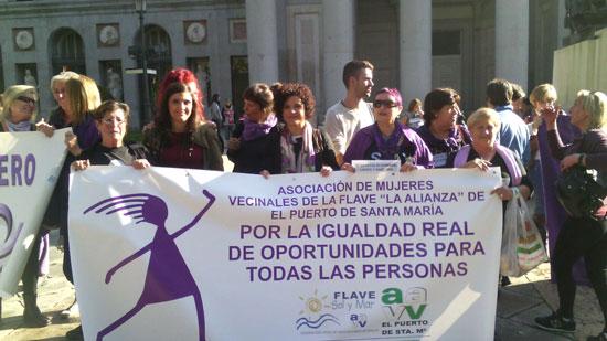 Junto a alrededor de doscientas mujeres y hombres de asociaciones de la provincia, la vicepresidenta de Diputación y responsable del Departamento de Igualdad, María Eugenia Limón, y la coordinadora del IAM en Huelva, Eva Salazar, han participado hoy en Madrid en la marcha estatal contra las violencias machistas.