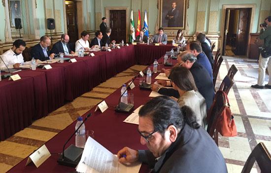 La Mesa de los Fosfoyesos ha aceptado esta mañana la propuesta de comité de expertos que ha presentado el rector de la Universidad de Huelva, Francisco Ruiz.