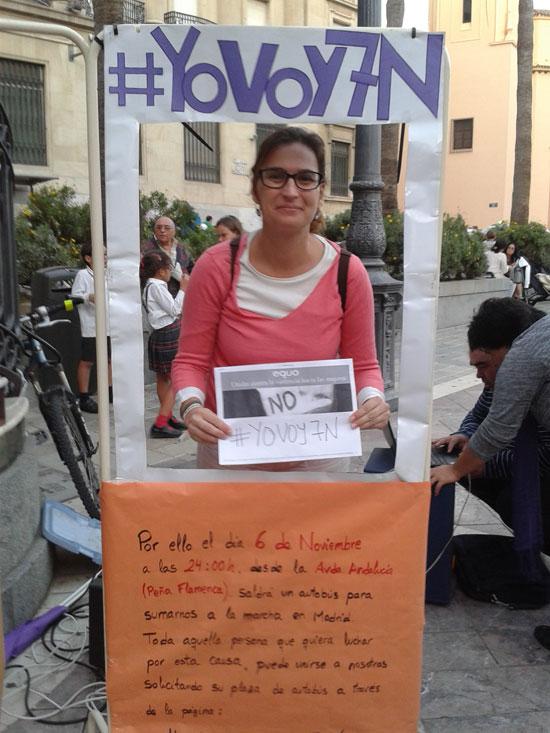 Imagen de Laura Limón Equo Huelva en la Plaza de las Monjas. durante un acto informativo.