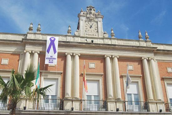 Imagen del lazo del Dia de la Mujer en el Ayuntamiento de Huelva.