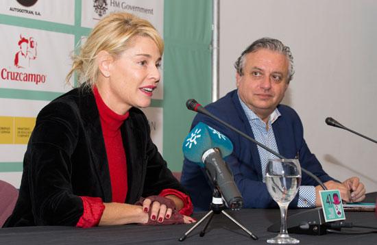La actriz Belén Rueda acompañada por director del certamen, Pedro Castillo Arteta.