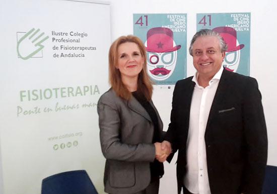Raquel  Chillón y Pedro Castillo estrechan sus manos tras la firma del convenio de colaboración.