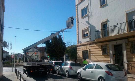 Técnicos de del Ayuntamiento de Huelva trabajando en el refuerzo de la iluminación en la calle Federico Mayo.