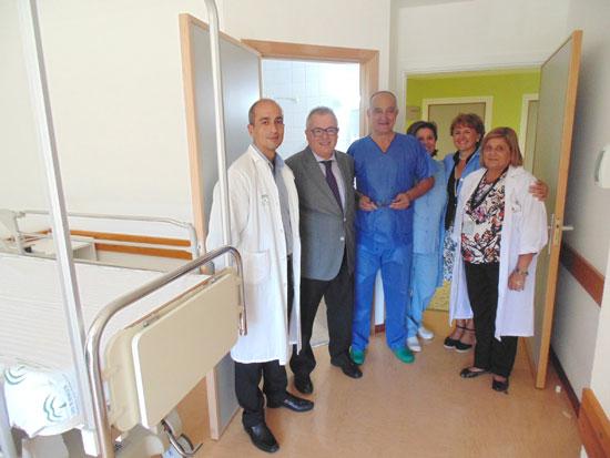 Imagen de la visita del delegado al Hospital de Riotinto.