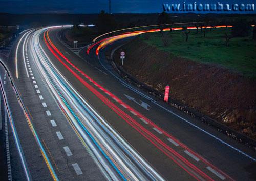 Imagen del tránsito de vehículos por una carretera onubense.