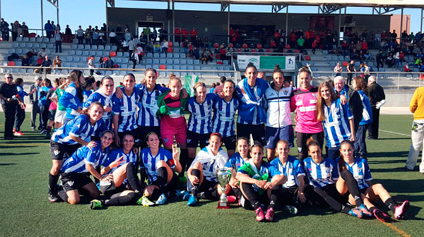 Las jugadoras del Sporting Club de Huelva tras conseguir su segundo título de la Copa de Andalucía.