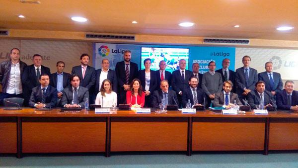 Imagen de los representantes de los diferentes equipos en la sede de LaLiga.