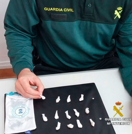 Un agente de la Guardia Civil supervisa el material incautado.