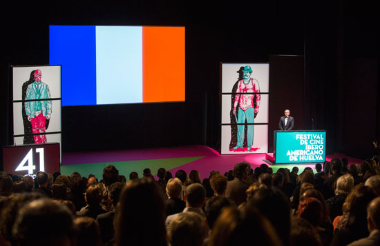 Todos los asistentes al Palacio de Congresos de la Casa Colón se pusieron en pie y secundaron un minuto de silencio con el sonido de la Marsellesa de fondo y la bandera de Francia en el escenario.