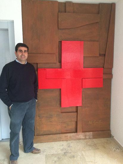 Manuel Garrido posa junto a una de sus esculturas.