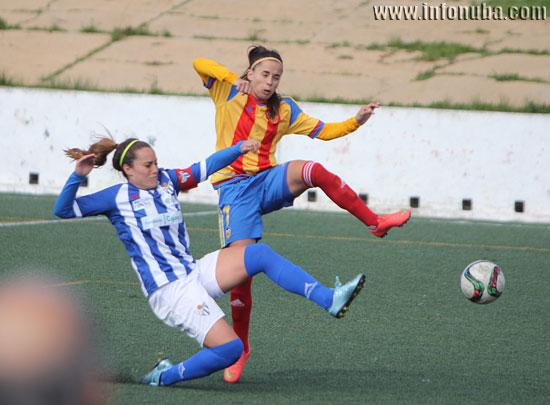Patri Gavira lucha un balón en un encuentro de esta temporada ante el Valencia C.F.