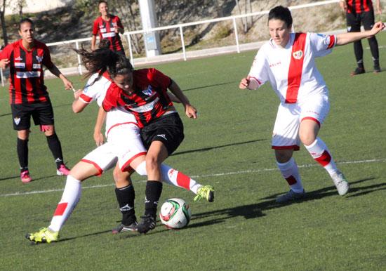 La sportinguista Paulita lucha un balón con una jugadora rayista.