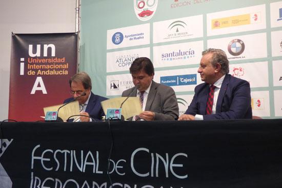 Eugenio Domínguez Vilches, rector de la Universidad Internacional de Andalucía y el alcalde de Huelva y presidente del Patronato del Festival, Gabriel Cruz han firmado un convenio de colaboración con el Festival de cine Iberoamericano de Huelva.