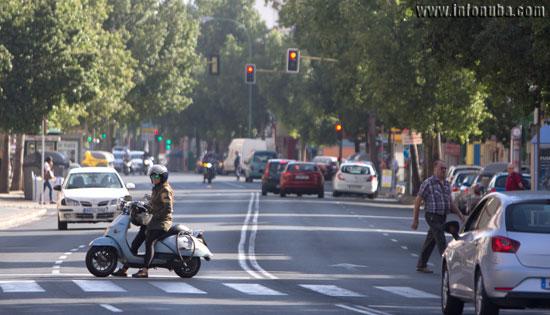 Imagen de una usuaria de ciclomotor en Sevilla.