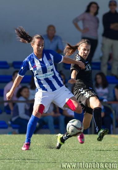 Dos jugadoras disputan el balón.