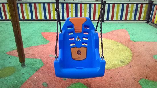Imagen del columpio adaptado para el acceso de personas discapacitadas.