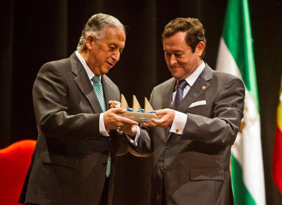 El presidente de la Audiencia Provincial, Antonio Pontón, ha recibido el sexto Premio Martín Alonso Pinzón a los Valores Constitucionales a la Justicia, de manos de Enrique Pérez Viguera.