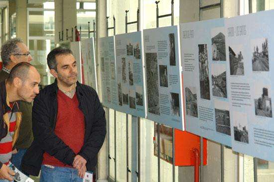 """Exposición """"El Ferrocarril del Guadiana"""", situada en el hall de la Facultad de Ciencias Experimentales de la UHU."""