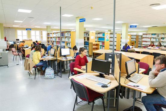 Imagen de personas utilizando la Biblioteca de la Universidad de Huelva .