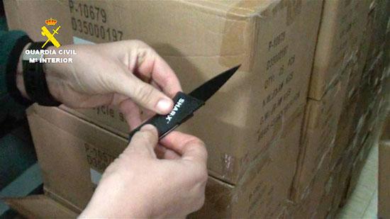 Un agente de la Guardia Civil manipula una de las armas incautadas.