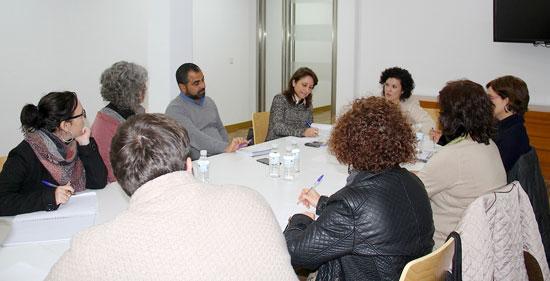 La Mesa de apoyo a las personas refugiadas, reunida hoy en la Diputación de Huelva, ha realizado un nuevo llamamiento apelando a la solidaridad de los municipios de la provincia de Huelva para atender las necesidades de la población que actualmente está desplazada en Siria y refugiada en los países limítrofes.