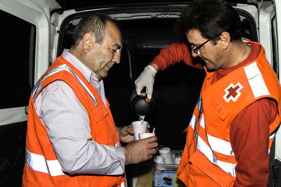Un voluntario ayuda a una persona.
